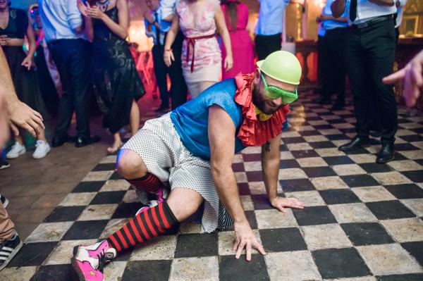 un invitado vestido de payaso bailando breackdance