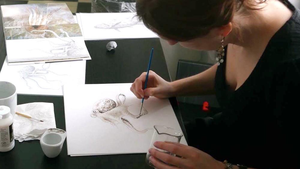 Esther van Hulsen al lavoro sul disegno della piovra estinta usando inchiostro vecchio di 95milioni di anni. Photo by Stian Steinsli