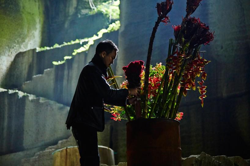 """Azuma Makoto, performance """"Burning flowers"""""""