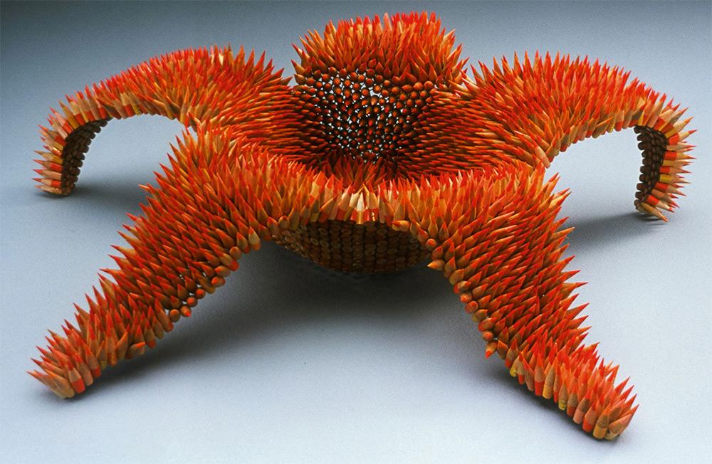 Jennifer Maestre usa centinaia di pastelli tagliati in sezioni di 2,5 cm