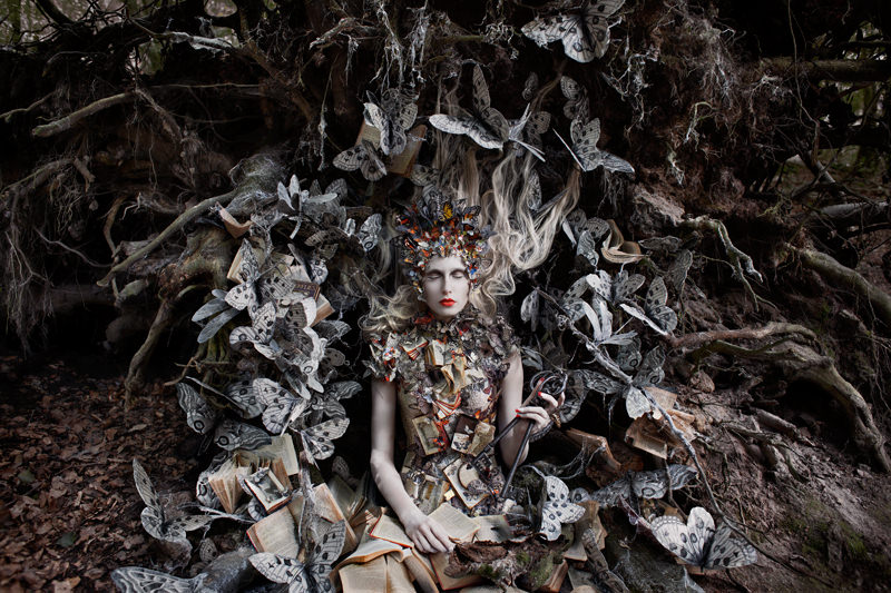 "kirsty mitchell, wonderland series, foto: ""the last door of autumn"""