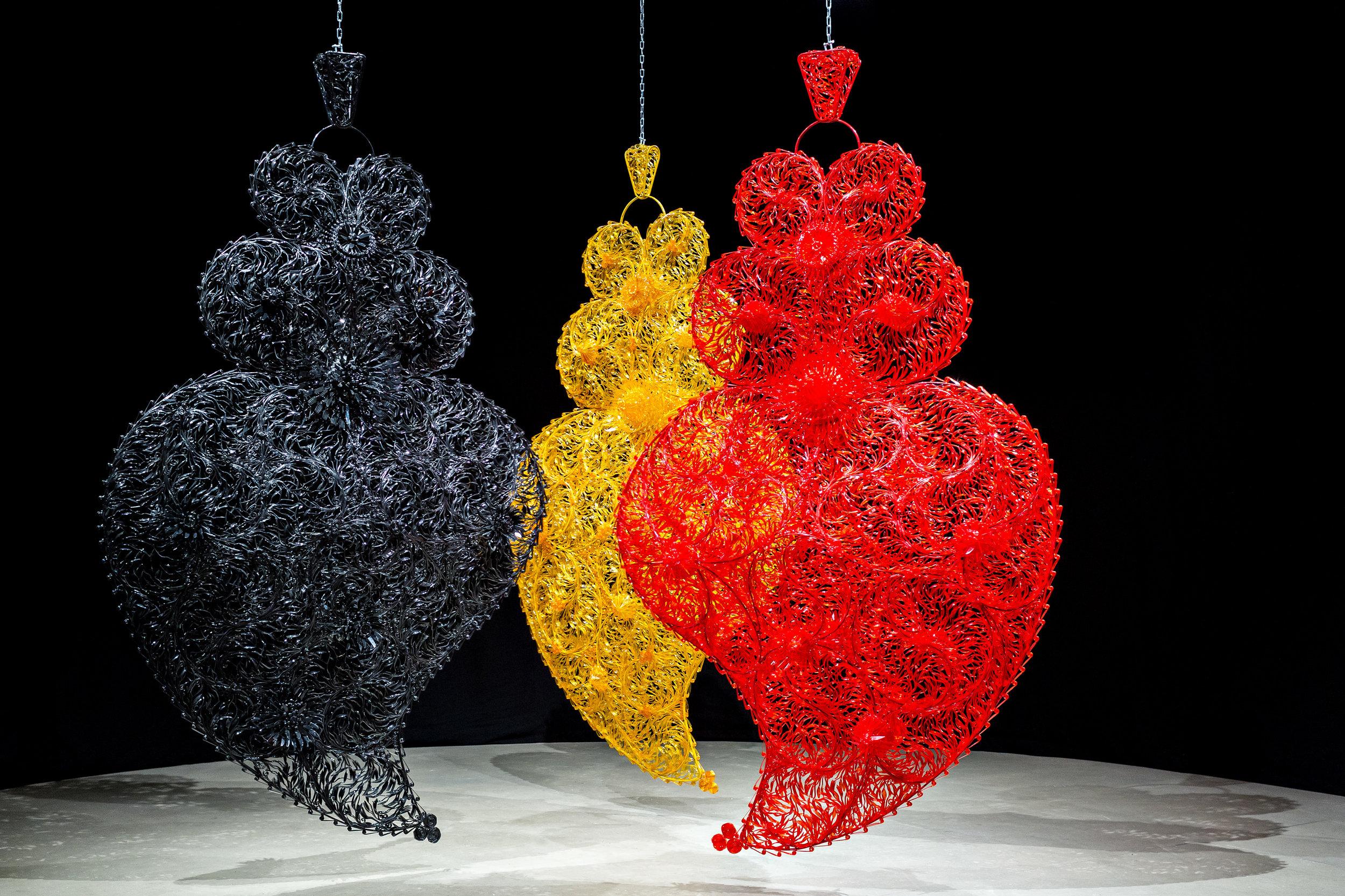 "Joana Vasconcelos, ""Black Independent Heart Golden Independent Heart Red Independent Heart"", 2004-06; Foto: Luís Vasconcelos; Courtesy Unidade Infinita Projectos"
