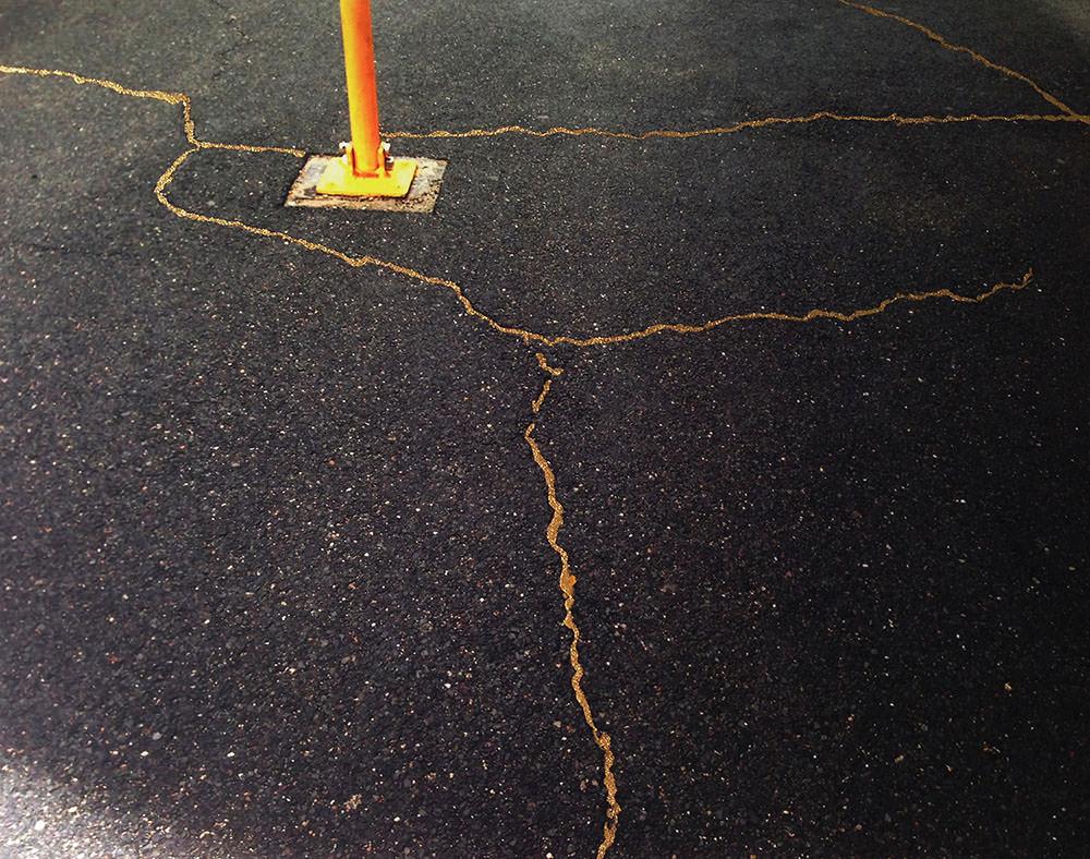 """""""Study for Sidewalk Kintsukuroi #02 (MASS MoCA),"""" fotografia con pittura a smalto e polvere di metallo"""