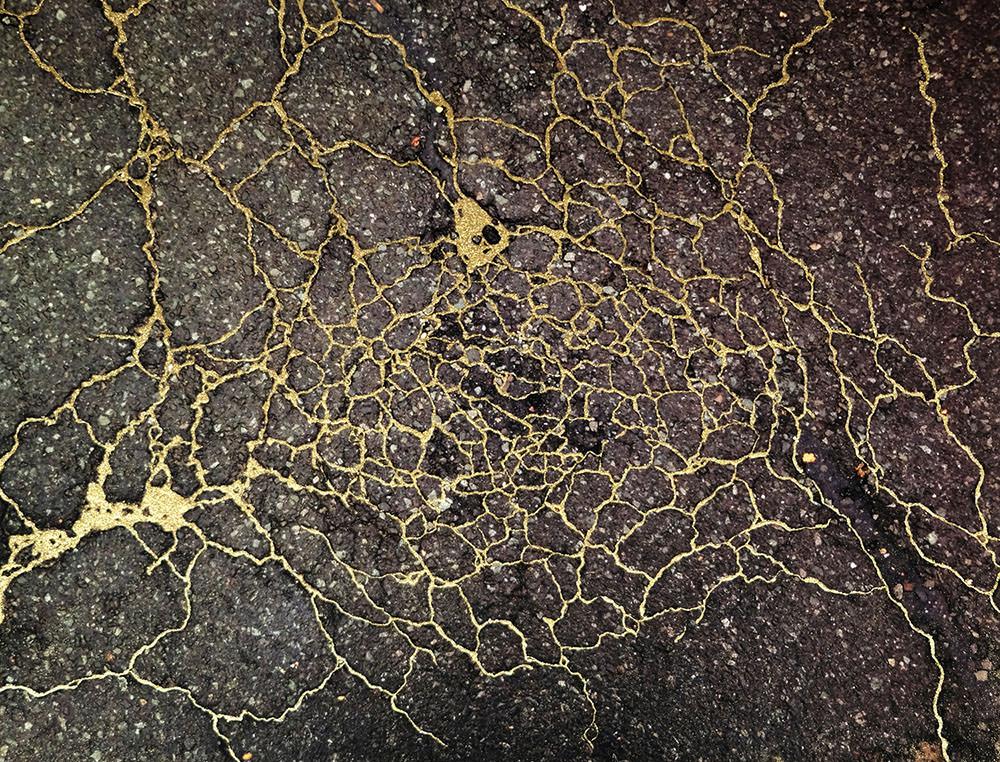"""""""Study for Sidewalk Kintsukuroi #01 (New Haven, Connecticut),"""" fotografia con pittura a smalto e polvere di metallo"""
