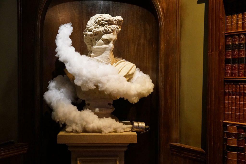 una scultura nel piano bar photo courtesy Banksy