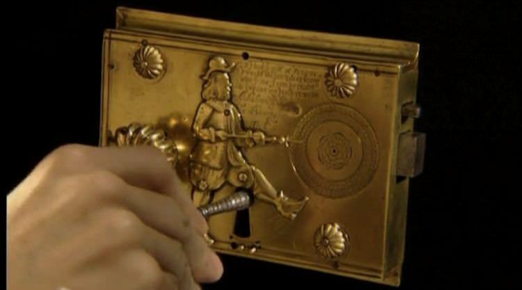 pulsante e chiave nella toppa per aprire