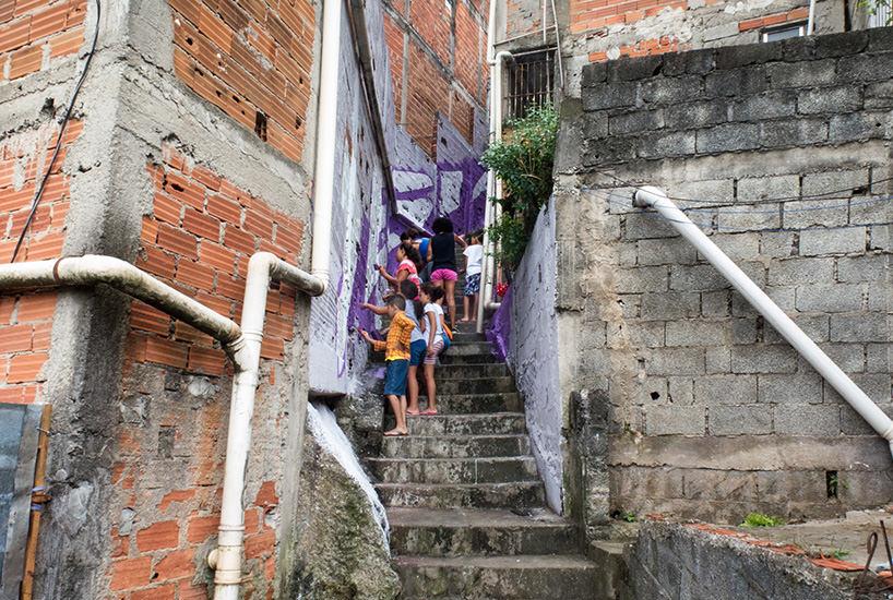 Boa Mistura, Luz nas Vielas, 2017, location durante l'intervento di street art