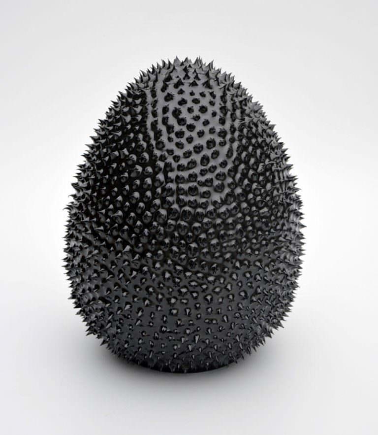 """""""Mamba,"""" 2017. 20x16x16 cm. Porcellana di Limoges, smalto, sovrasmalto nero dipinto a mano."""