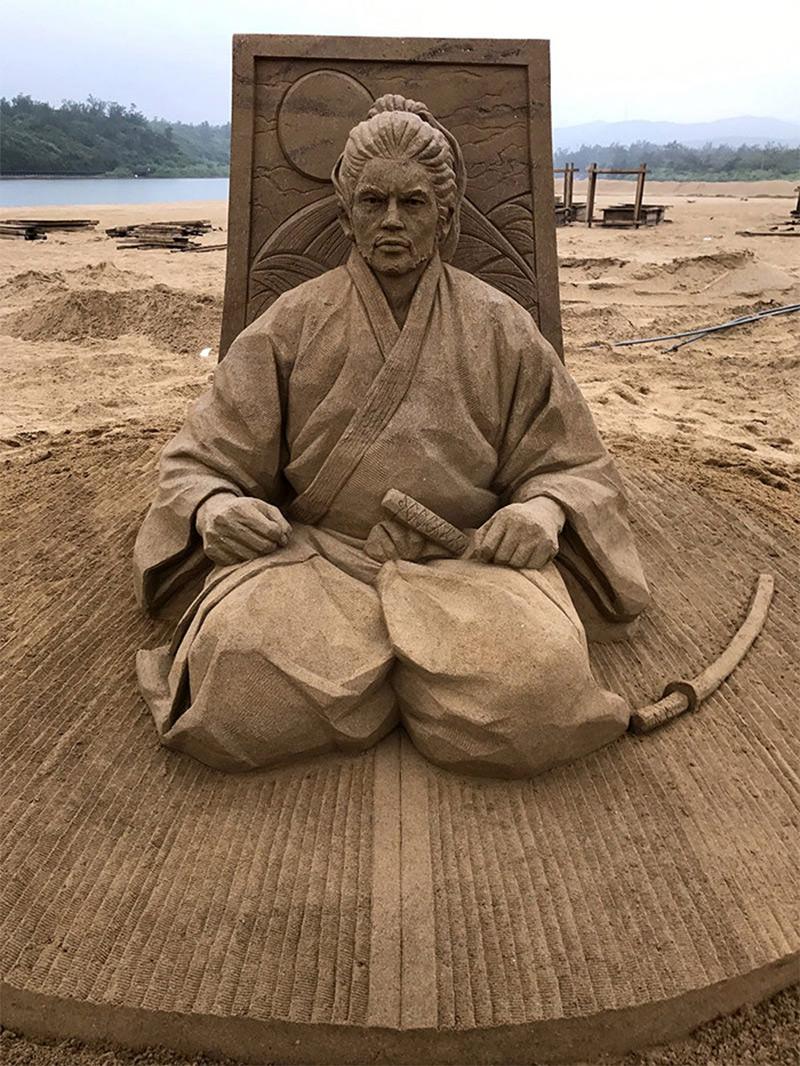 la scultura di sabbia premiata al festival di Fulong che ritrae il samurai Musashi Miyamoto