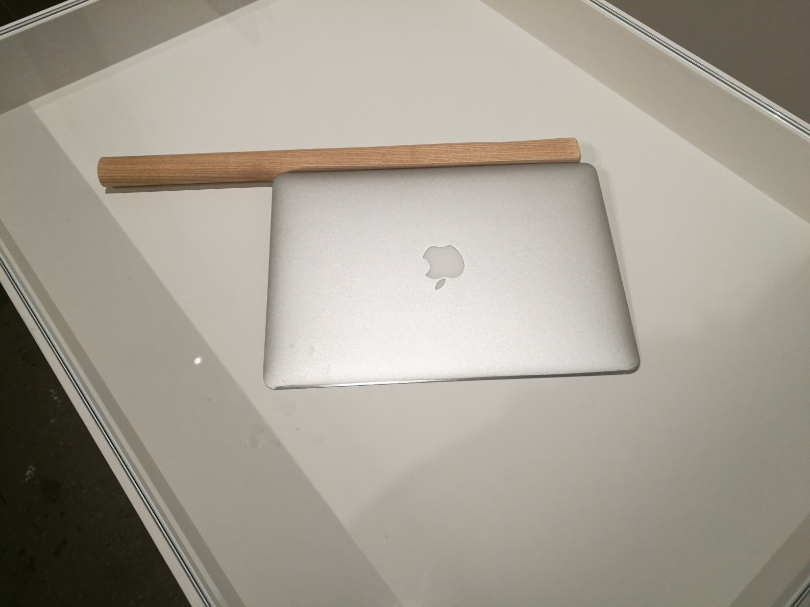 "Shimabuku, 'Sharpering a Macbook Air"", il comuputer affilato esposto in biennale photo: artbooms"