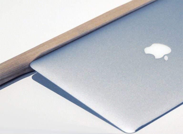 """Shimabuku, 'Sharpering a Macbook Air"""", il comuputer affilato esposto in biennale (particolare)"""