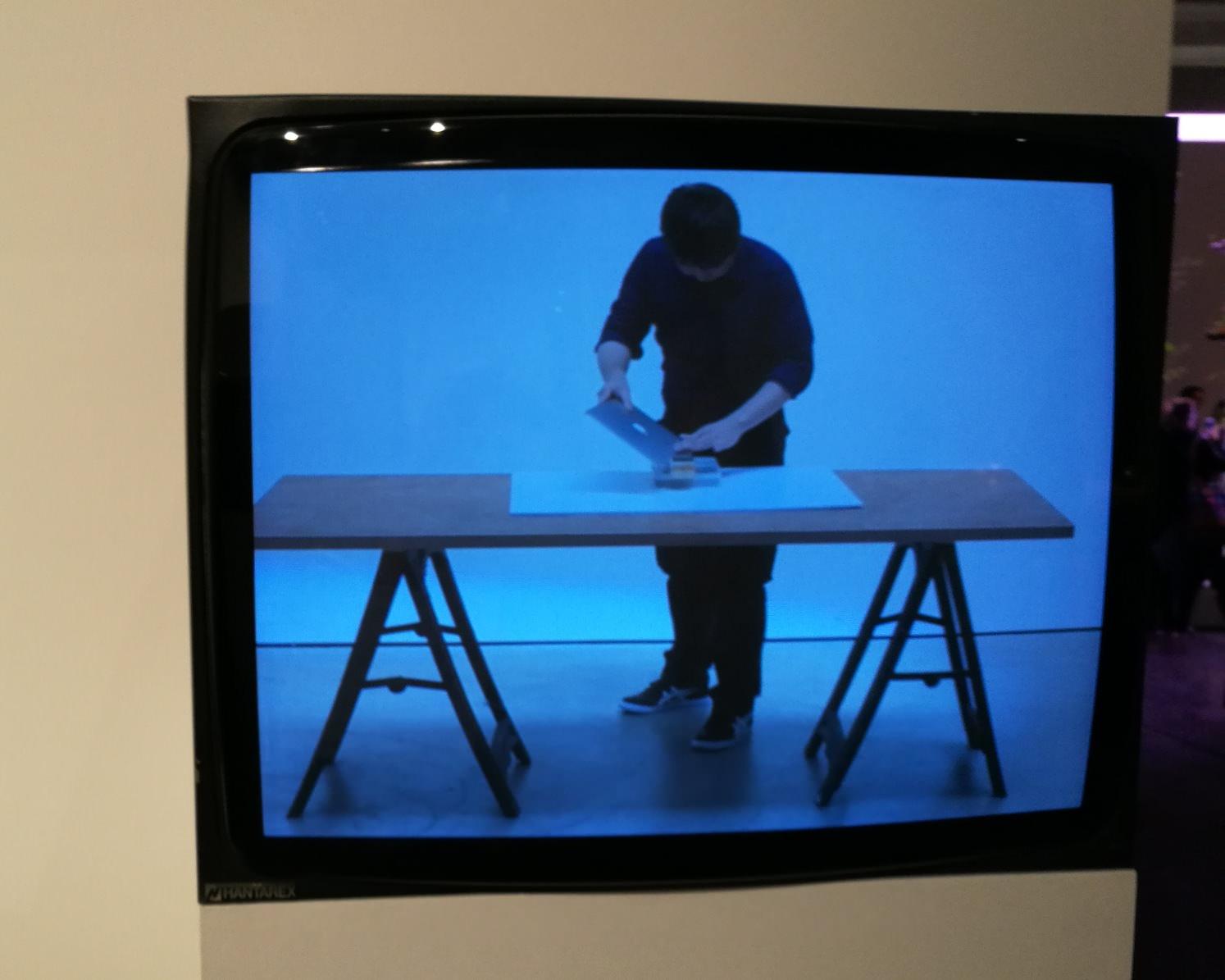 """Shimabuku, 'Sharpering a Macbook Air"""", la video installazione alla biennale di Venezia 2017, photo: artbooms"""