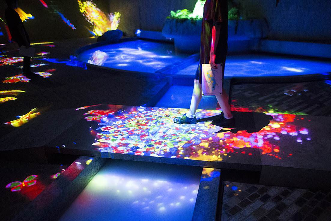 """Teamlab, """"Graffiti nature - Living in the ruins of a bathhouse"""""""