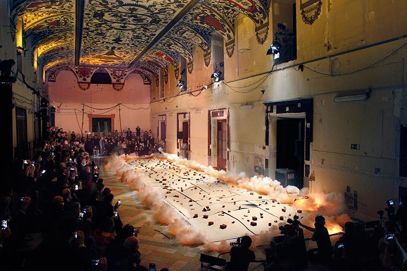 """accensione della pittura a polvere da sparo, """"spirit of paiting"""" di cai guo-quiang al salón de reinos, madrid, 2017 immagine © museo nacional del prado"""