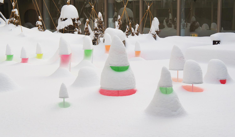 le nevicate a sapporo sono intensissime. la serie 'snow pallet' evidenzia il mutare del paesaggio