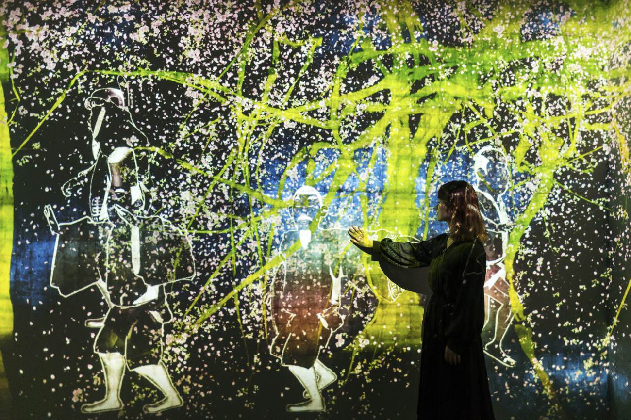 Teamlab,'Walk, walk, walk: search, deviate, reunite', National Gallery of Singapore. All images courtesy of Teamlab