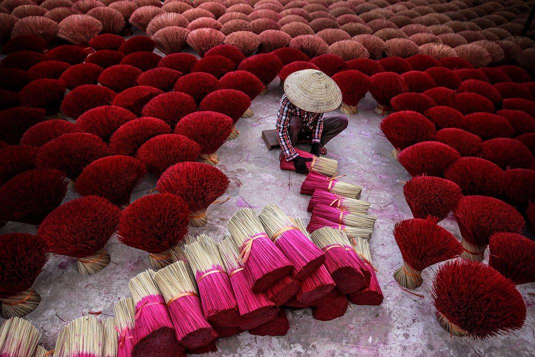 Making Incense, © Tran Tuan Viet.  Fasci di incenso per le cerimonie buddiste in Vietnam
