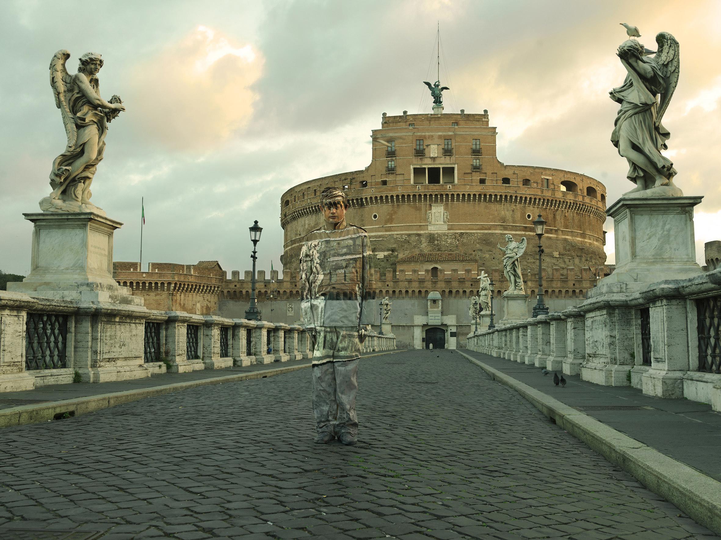Liu Bolin, Ponte Sant'Angelo, Roma, Courtesy Boxart Verona