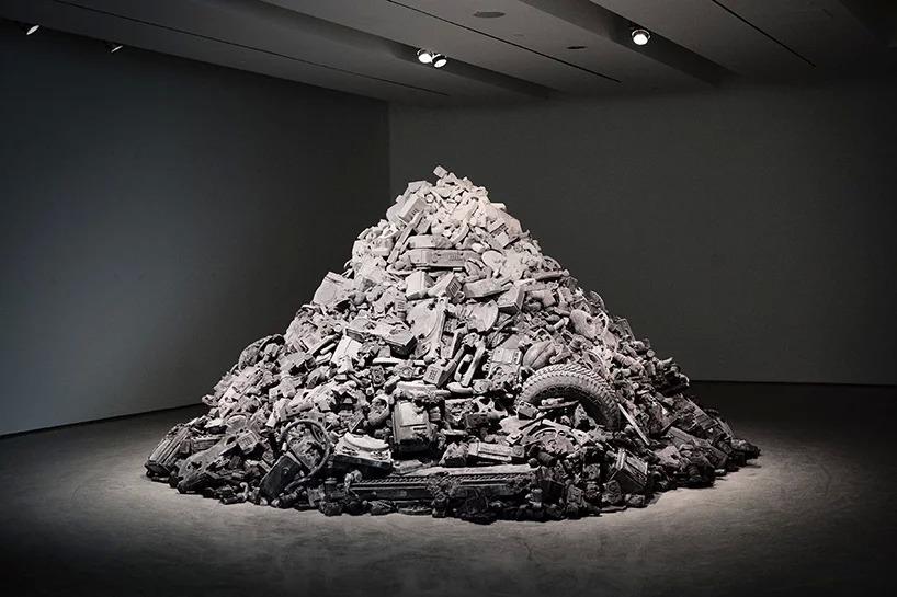 Welcome to the Future, 2015; ceneri vulcaniche, polvere di roccia glaciale, frammenti di ossidiana, frammenti di quarzo rosa, frammenti di acciaio, vetro polverizzato, sabbia, marmo frantumato, idrostone, metallo. Photo per courtesy Contemporay Art Center, Cincinnati, Ohio