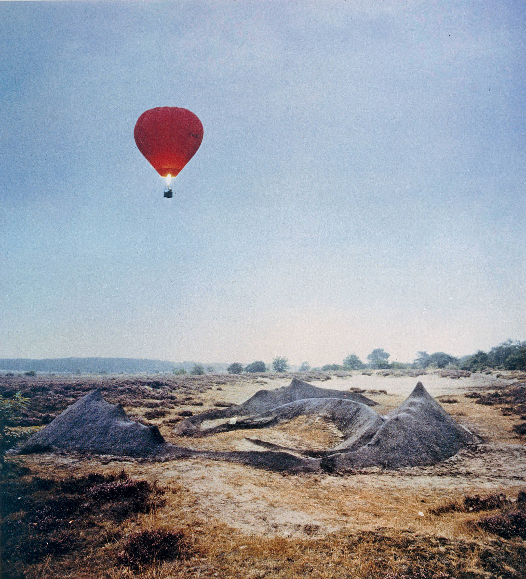 Marco Bagnoli, Albe of Zonsopgangen, pallone aerostatico, terra e stroboscopio, brughiera di Laren 1984. Fotografia di Jan Schot rielaborata