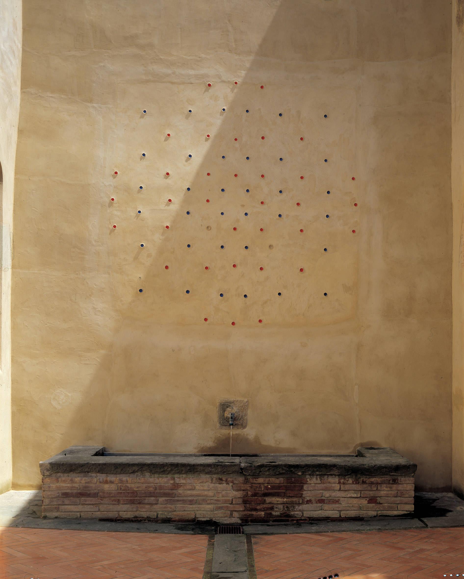 Marco Bagnoli. Spazio [x] Tempo. Si fa così X = 5 (+5)=X, affresco, Castello di Santa Maria Novella, Fiano 1997. Fotografia di Paolo Emilio Sfriso