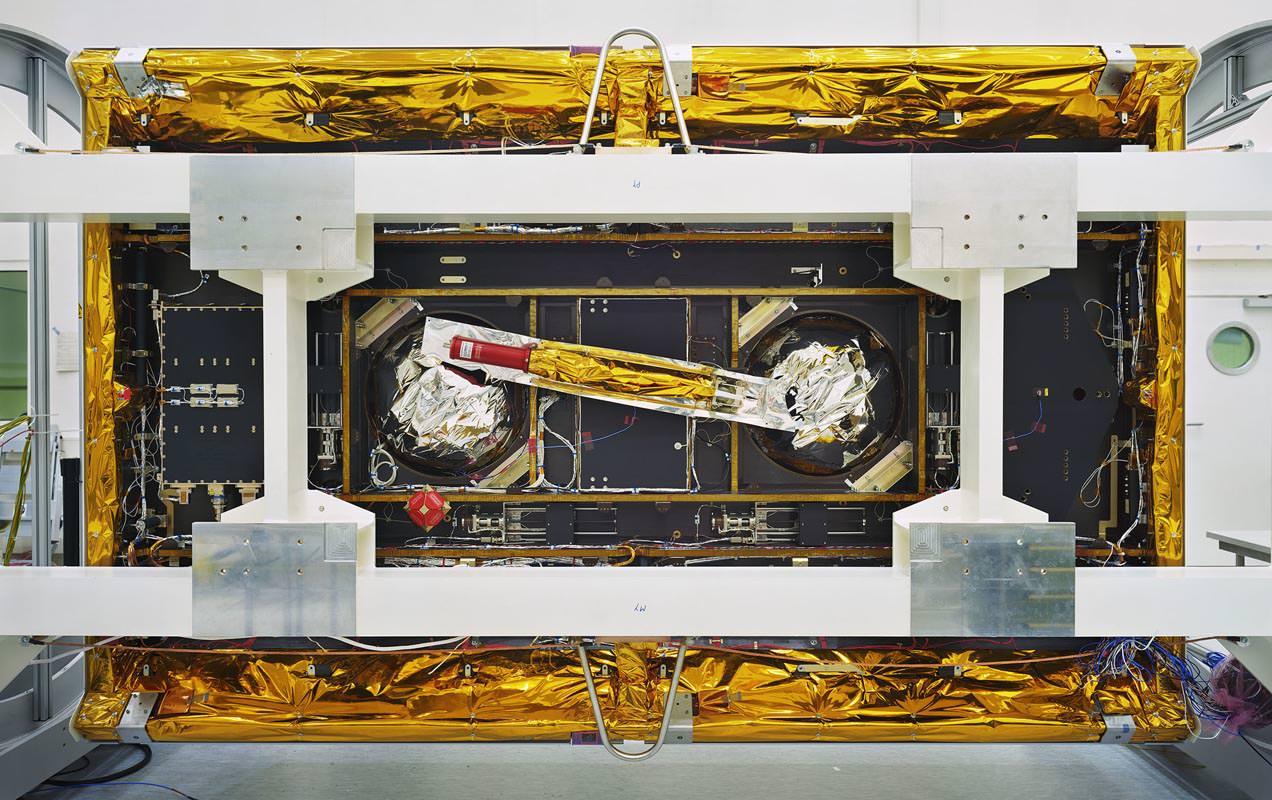 Thomas Struth, GRACE-Follow-On, veduta dal basso, IABG, Ottobrunn, 2017, Inkjet print, 139,7 x 219,4 cm, © Thomas Struth
