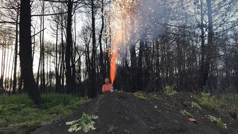 cai guo qiang prova la polvere da sparo ai piedi del Vesuvio con la collaborazione della compagnia di fuochi d'artificio con sede a Napoli, Pompei, 2018; photo by sang luo, courtesy cai studio; photo by  andy holmes