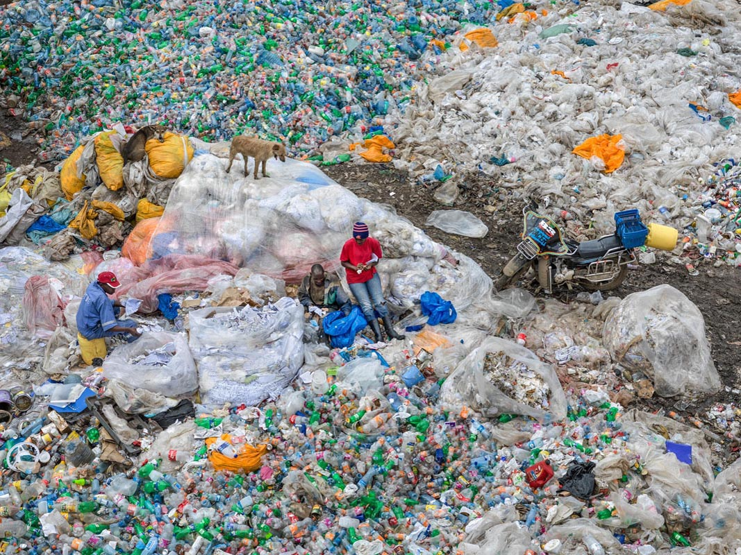 Edward Burtynsky, Dandora Landfill #3, Plastics Recycling, Nairobi, Kenya 2016. photo © Edward Burtynsky, courtesy Admira Photography, Milan / Nicholas Metivier Gallery, Toronto