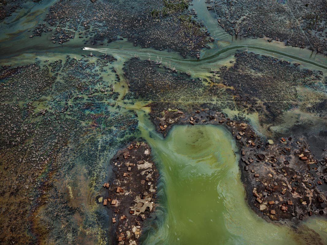 Edward Burtynsky, Oil Bunkering #4, Niger Delta, Nigeria 2016. photo © Edward Burtynsky, courtesy Admira Photography, Milan / Nicholas Metivier Gallery, Toronto