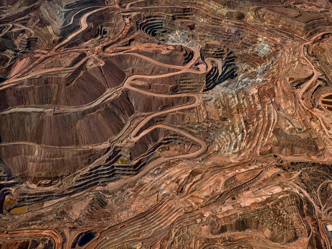 Edward Burtynsky, Tyrone Mine #3, Silver City, New Mexico, USA 2012. photo © Edward Burtynsky, courtesy Admira Photography, Milan / Nicholas Metivier Gallery, Toronto