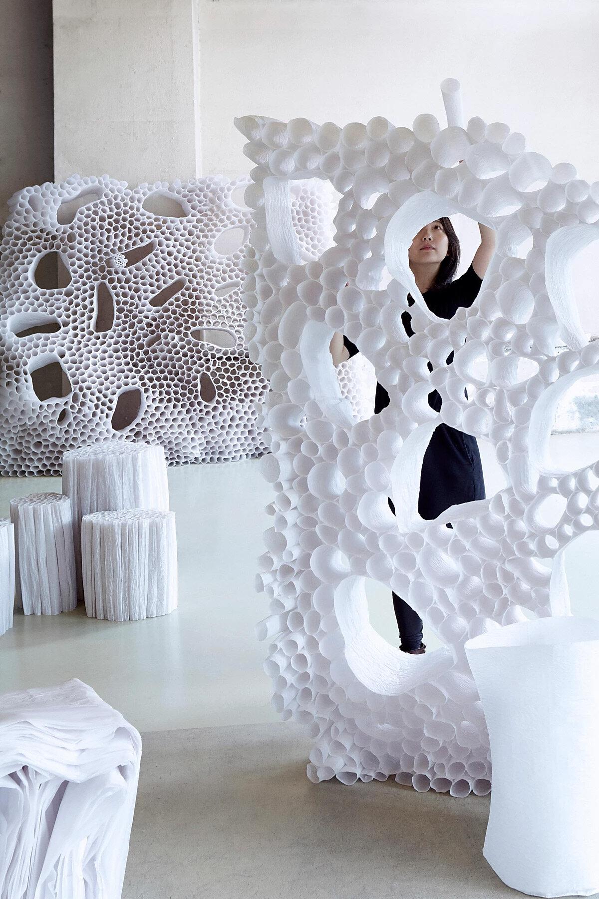 La designer Pao Hui Kao che crea mobili con carta da lucido, acqua e colla di riso