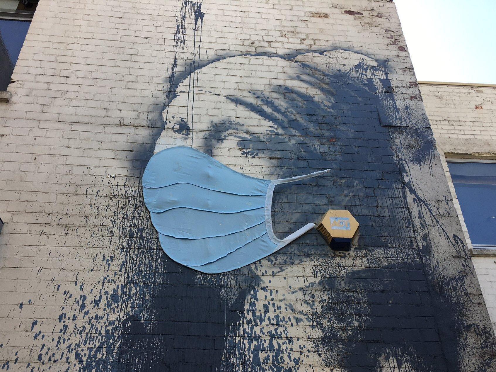 """La """"Ragazza col timpano perforato"""" di Banksy mette la mascherina"""