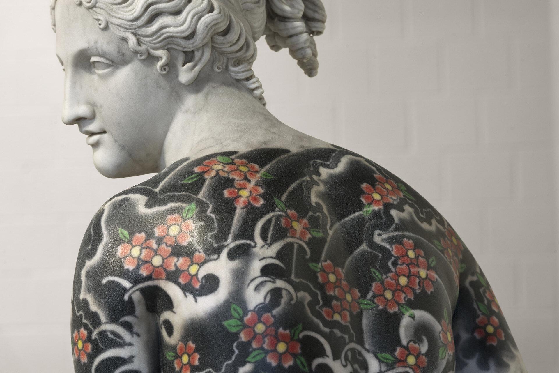 Fabio Viale che fa tatoo su iconiche sculture in marmo