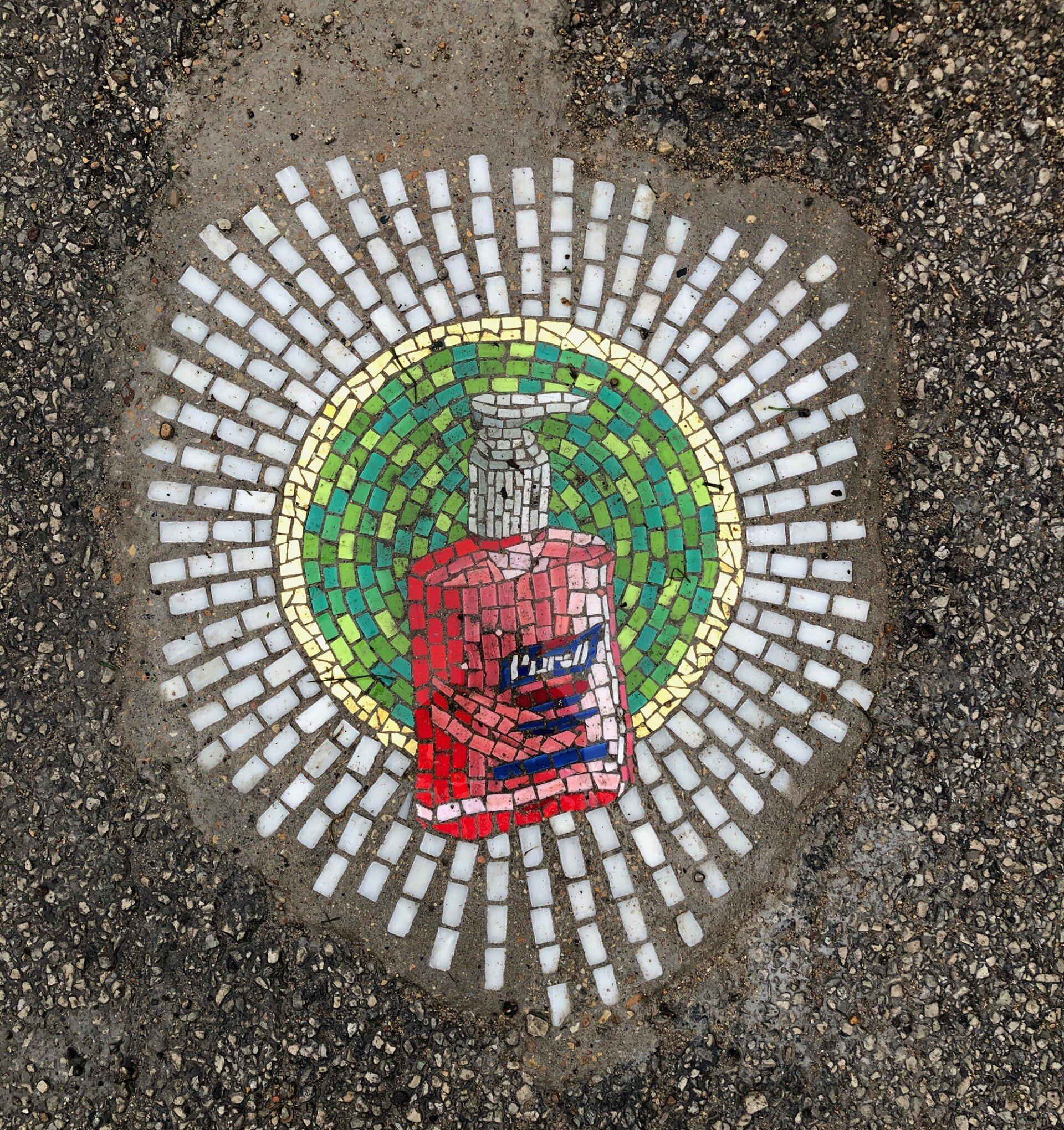 Jim Bachor fa la sua street art della buca stradale a Chicago. In versione COVID