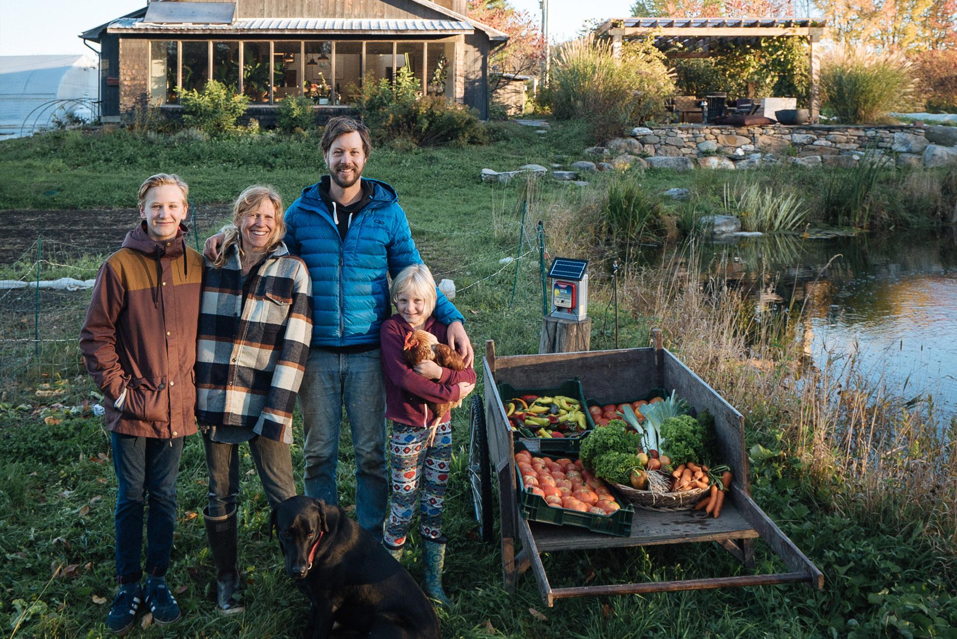 Jean-Martin Fortier, Maude-Hélène Desroches et leurs deux enfants, Forest et Rose aux  Jardins de la grelinette.
