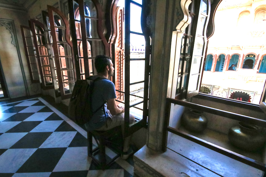 Jorge visits India and takes in the views of Udaipur's City Palace.