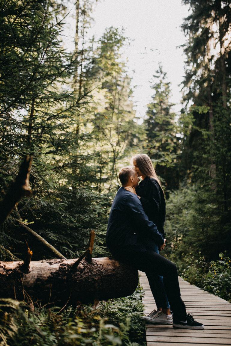 8_sesja_narzeczenska_w_lesie.jpg