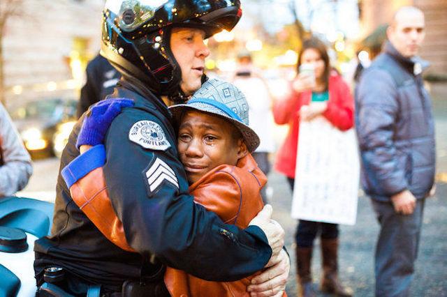 CNN:The hug shared around the world