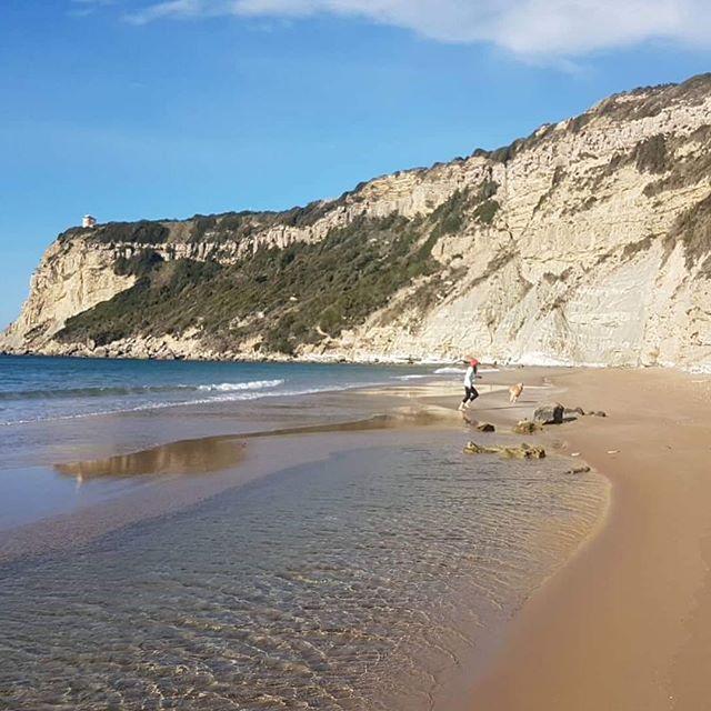 HAPPY NEW YEAR ❤️... wir hatten schon viel Spaß am Strand ... freue mich auf viele wundervolle Momente und Begegnungen im neuen Jahr.  2019 ... los geht's ❤️ #corfu #arillas #yogateacher #studytime #happiness #family #trust #lifeisbetteratthebeach #hamburg