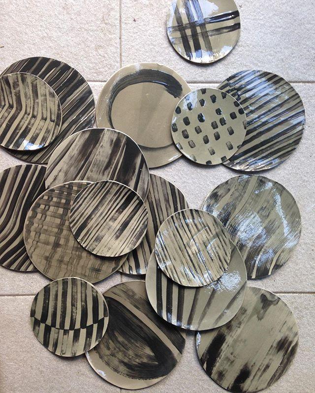 Quelques nouvelles pièces de cette série GrafiK à retrouver au pop-up @wilhemine jusqu'au 21 juin ➖〰⚫️ . -  88 bd Beaumarchais . #craft #artisanat #grafik #assiettes #plates #noir #black #peindre #brush #stoneware #gres #piecesuniques #faitmain #yfna