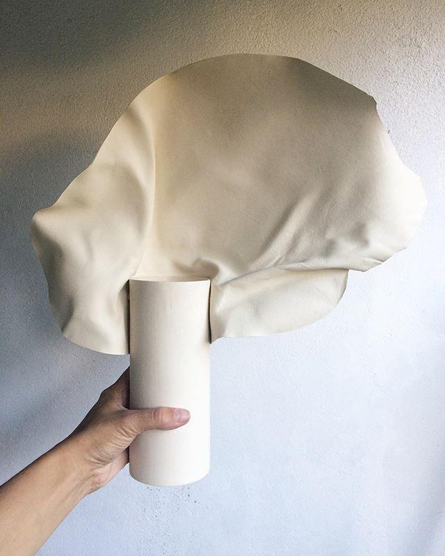 Ce vase est à la Paris Design Week avec @atoalife  Vernissage 09/09 18h au @renaissancevendome - Il est unique, fait-main et pensé par @studiofoam.fr pour sa série ´Carnations' - C'est toujours une joie de trouver la teinte de porcelaine qui correspond au cuir sélectionné par Caroline dans une recyclerie. - #design #frenchdesign #craft #contemporarycraft #cuir #porcelaine #upcycling #skin #porcelain #carnations #studiofoam #yfna #parisdesignweek2019