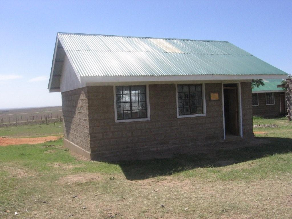 2006-Oloonkerin,Kenya-Outsideschoolhouse.jpg