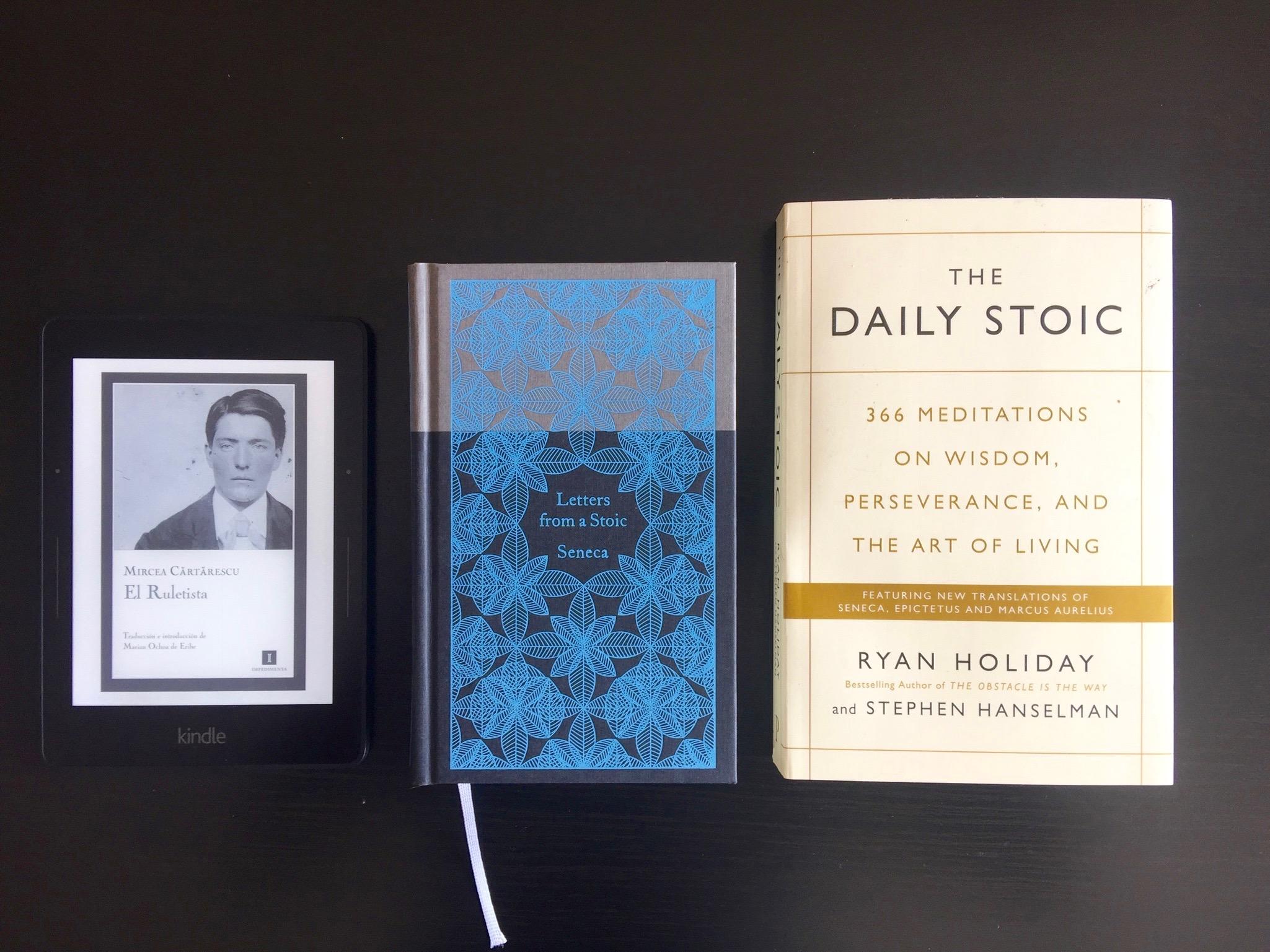 El  Kindle Voyage , comparado con un libro de bolsillo y otro de tamaño más normal.