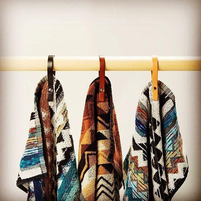 Heng opp de populære håndklærne fra @missonihome med lekre håndkleholdere i skinn fra @zertuszone 💕  #nobuhometips #interiør #interiørtips #interiørstyling #nordiskinteriør #nordiskehjem #scandinaviandesign #missonihome #zertuszone