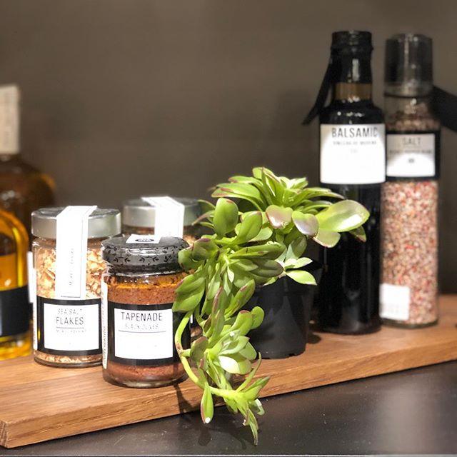 Produktene fra The Spice Tree er den perfekte vertinnegave 🤩 Ikke ser de bare råfine ut, men det smaker også himmelsk!  #nobuhometips #interiør #interiørtips #interiørstyling #nordiskinteriør #scandinaviandesign #thespicetree
