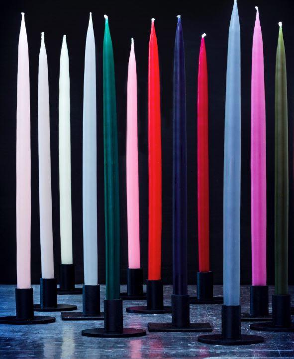 KunstIndustrien - KunstIndustrien støper stearinlys i svært høy kvalitet med eget design. Kronelysene vi har i nettbutikken er hvite og har ingen innskjæring nederst, som gjør dem ekstra lekre i åpne staker eller glasstaker hvor hele lyset synes.