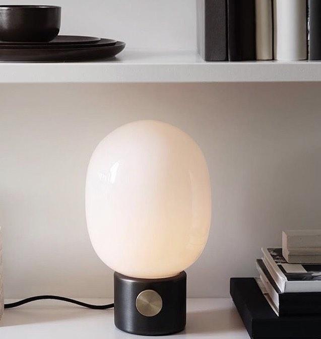 JWDA bordlampe fra @menuworld har et tidløst og minimalistisk design 💫  #nobuhometips #interiør #interiørstyling #interiørtips #nordiskdesign #nordiskehjem #menuworld