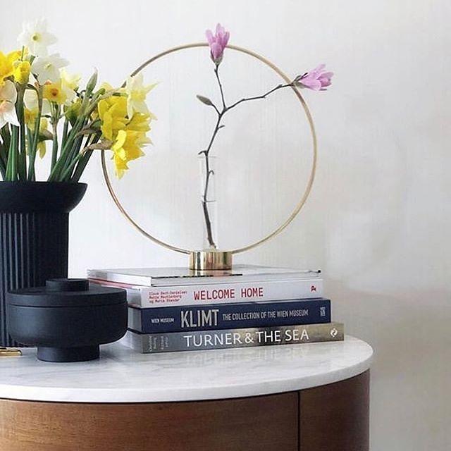 Gloria er en nydelig lysestake fra @klongintermestic, som passer alle årstider 🐣 En enkel lysestake, men også vakker skulptur som kan pyntes opp med blomster 🌼  #nobuhometips #interiør #interiørtips #interiørstyling #nordiskdesign #nordiskehjem  #scandinaviandesig #klongintermestic