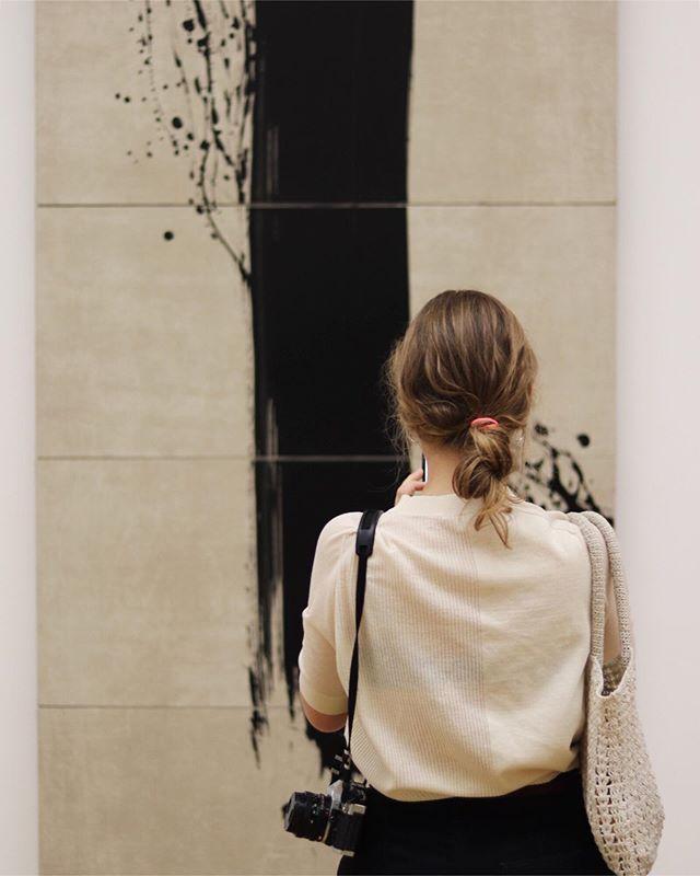 Captivée 👩🏼@elenadottelonde_photography . . . . . . . . . . . . . #fabienneverdier #museegranet #aixenprovence #photography #art #contemplation
