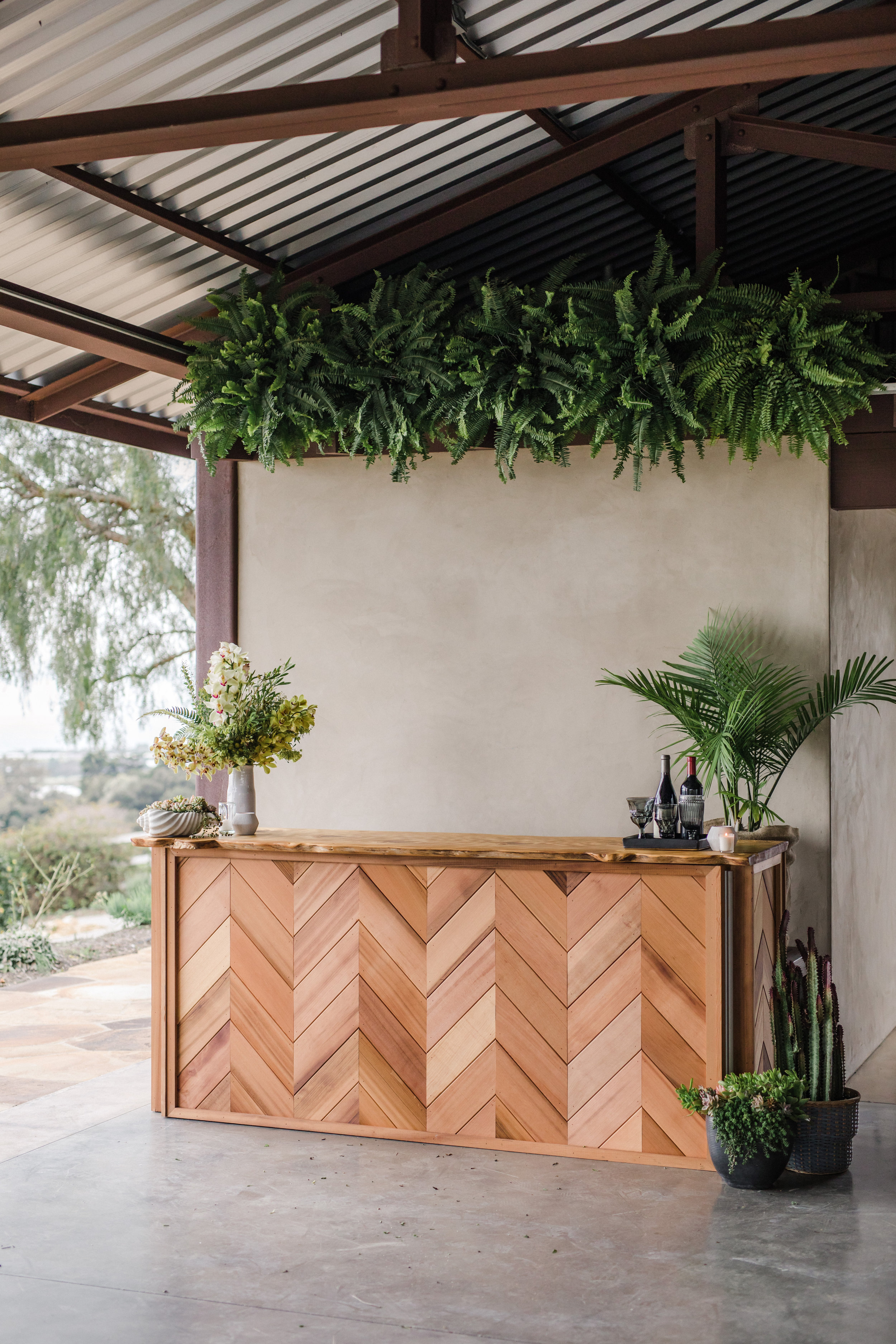 Live Wall by @eventplanting >>lounge by @elaneventrentals>>tables & bar @allheartrentals>>florals & styling @margaretjoanflorals>>photographer @annadelores